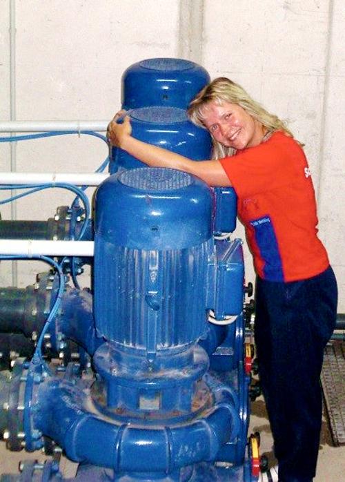 Bernburg Frau Mueller mit Pumpe