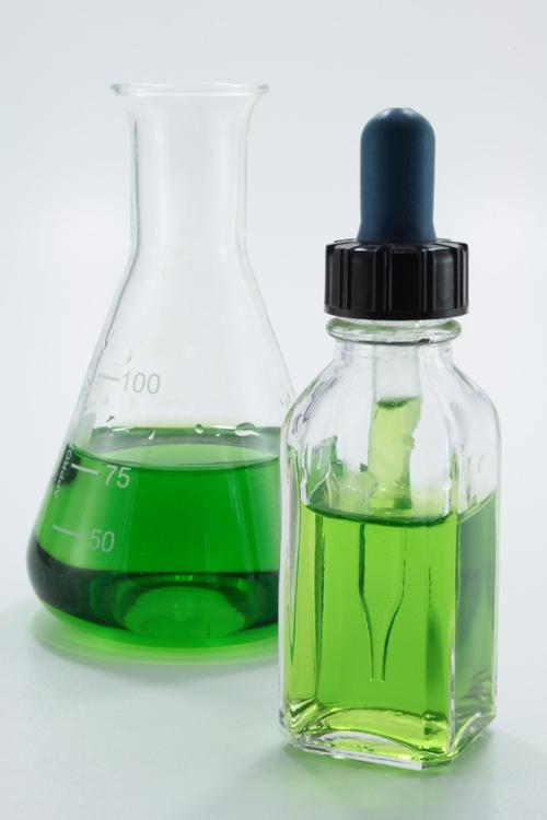 Grüne Flüssigkeit in Tropfflasche 500